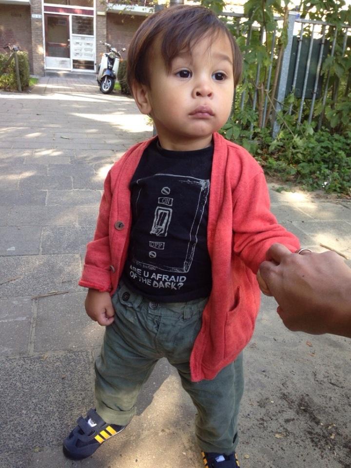 Mini in zijn nieuwe schoenen, met vest (Zara), longsleeve (Mexx fall/winter12) en chino (Zara zomer12)