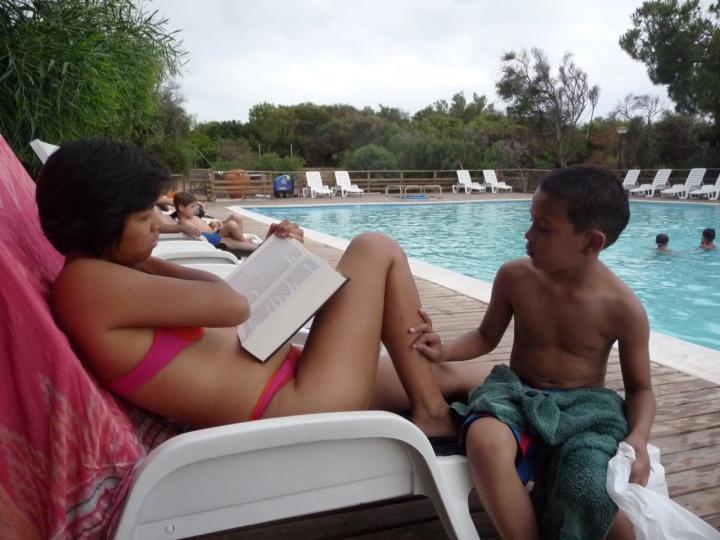 Lezen aan de rand van het zwembad