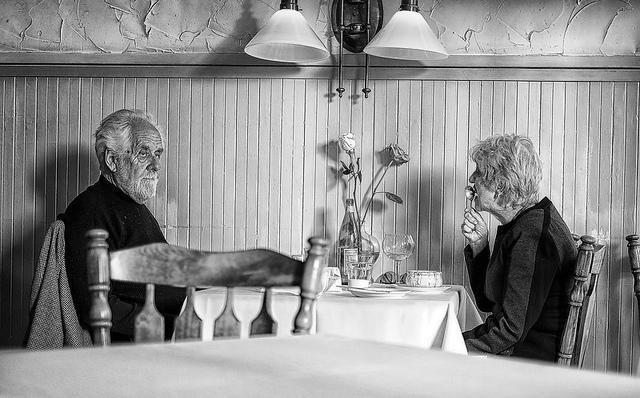 Bejaard stel in restaurant