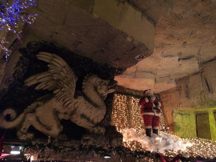 Kerstman en grottekening draak in Valkenburg