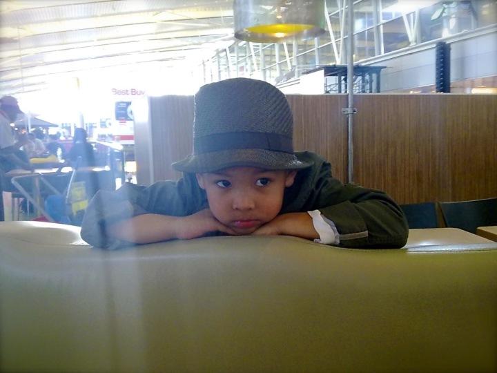 Kind wacht op vliegveld