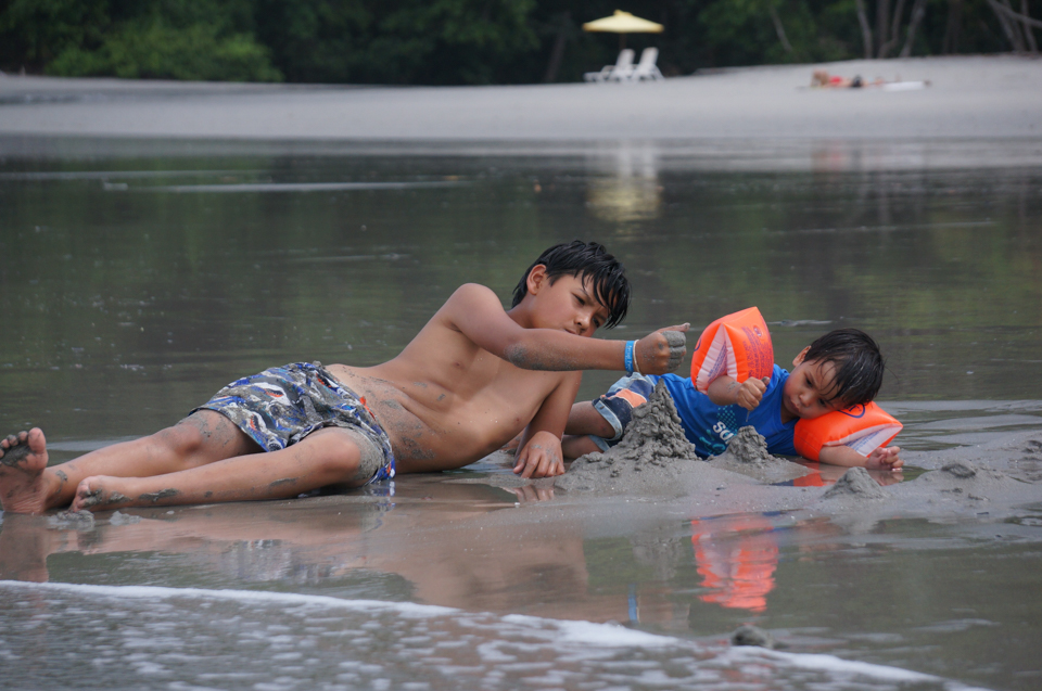 toddlers chasing iguana