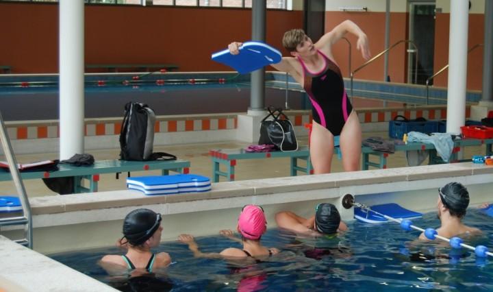 Madelon Baans geeft zwemles