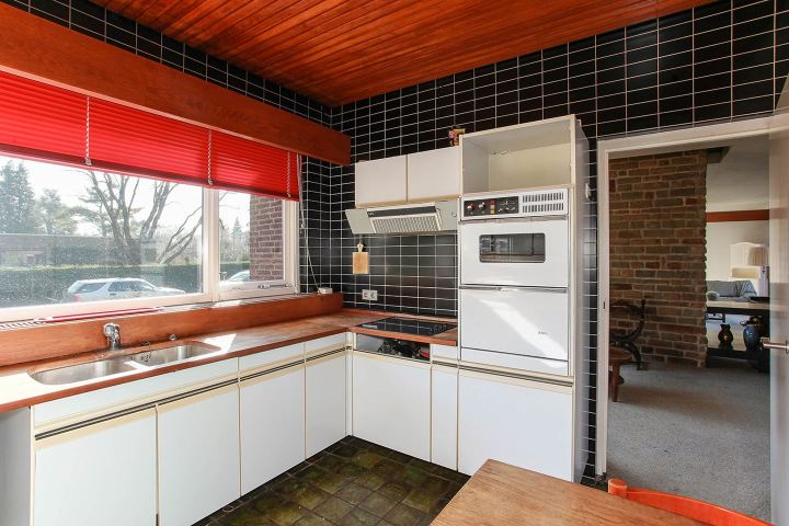 U shaped 70s kitchen