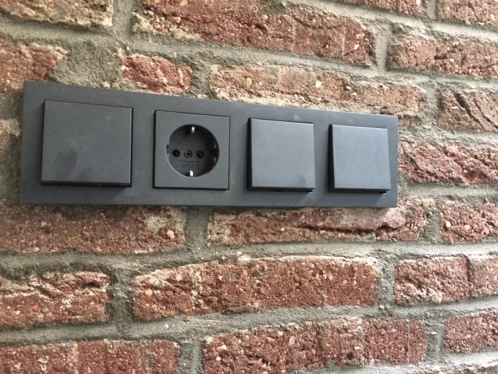 Beautiful black: black plugs and switches from Gira E2 antracite